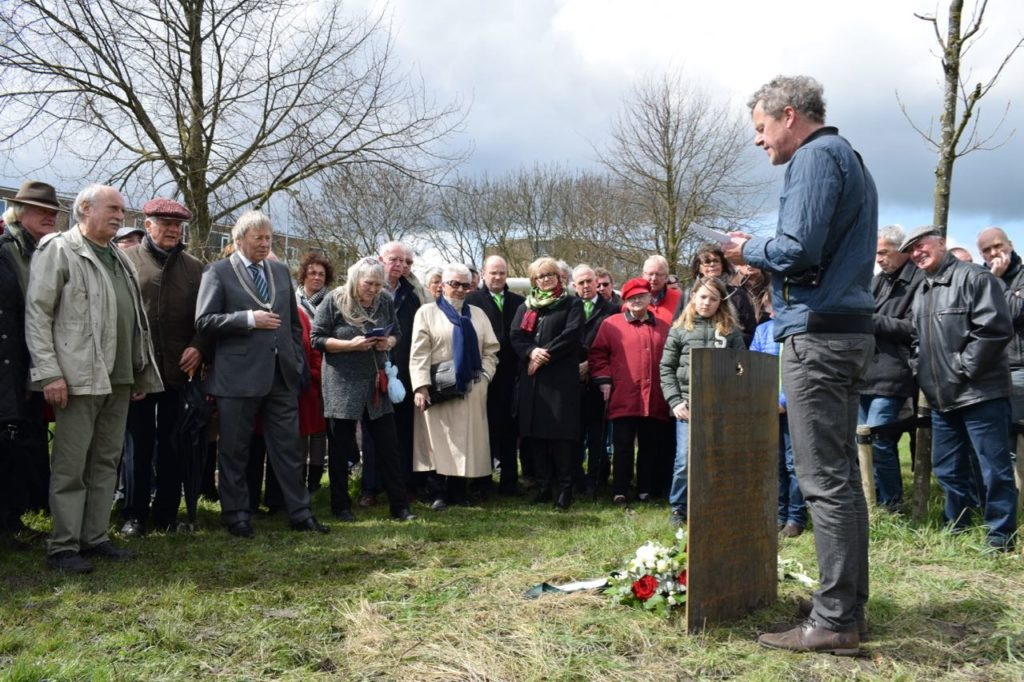 Na de onthulling op 16 april 2016 door burgemeester Peter den Oudsten houdt Peter de Kan een toespraak.