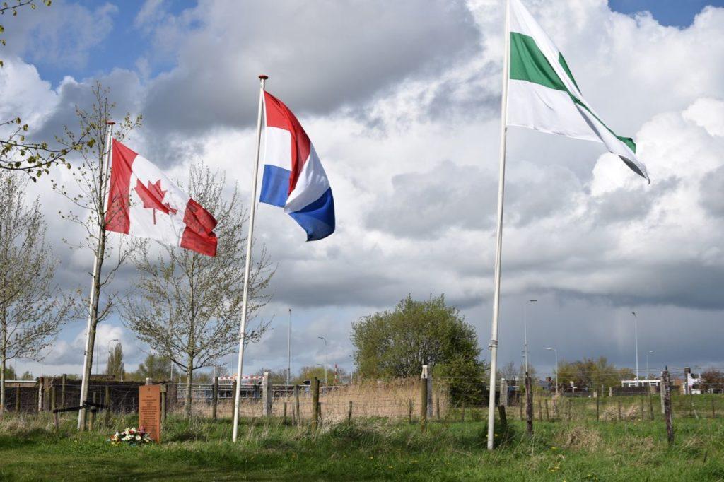 De Canadese, de Nederlandse en de stad-Groninger vlag op 16 april 2017